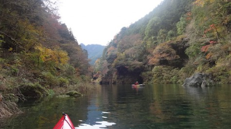 【紅葉を独り占め!】奥多摩の白丸湖で楽しむ紅葉カヌー!